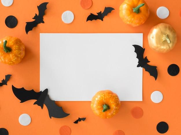 Вид сверху элементы хэллоуина с тыквами и летучими мышами Бесплатные Фотографии