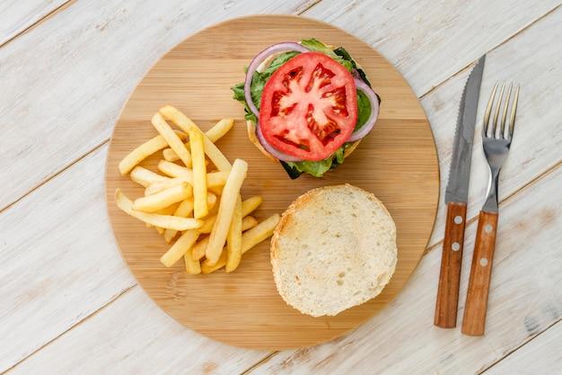 Вид сверху гамбургер на деревянной доске Бесплатные Фотографии