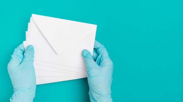 Вид сверху рука медицинских конвертов Бесплатные Фотографии