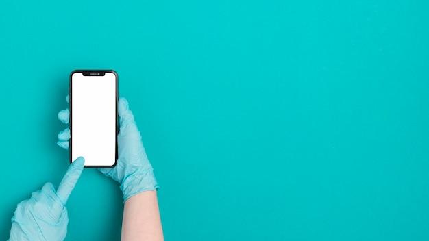 Вид сверху рука мобильный телефон с копией пространства Premium Фотографии