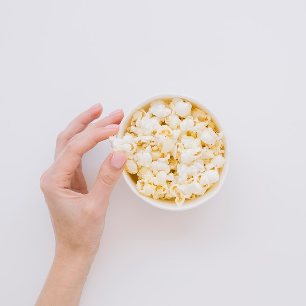 Raccolta di popcorn salati a mano vista dall'alto Foto Gratuite