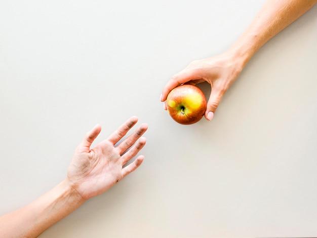 Vista dall'alto di mani che scambiano cibo Foto Gratuite
