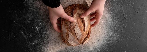 Руки взгляд сверху держа хлеб Бесплатные Фотографии