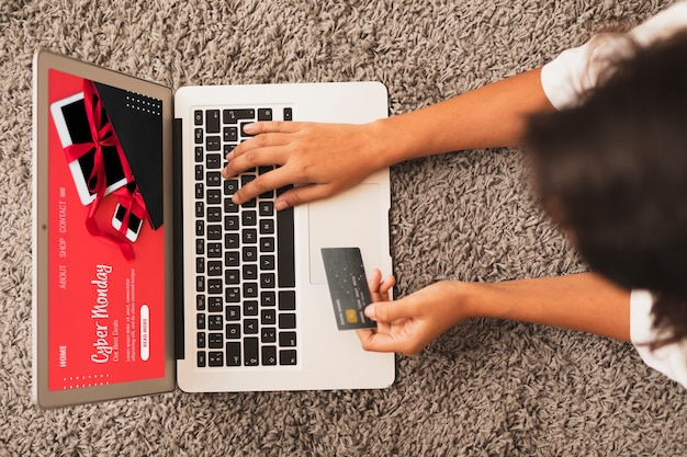Top view hands writing on laptop and holding a credit card mock up Free Photo