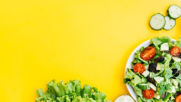 Вид сверху полезный салат и овощи Premium Фотографии