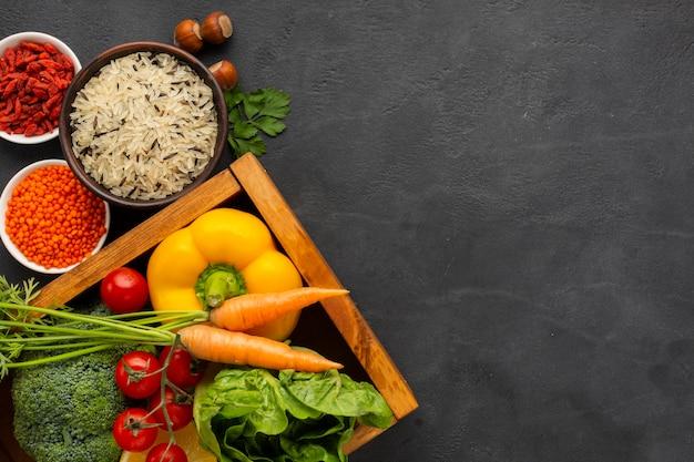 コピースペースを持つトップビュー健康野菜と種子 Premium写真