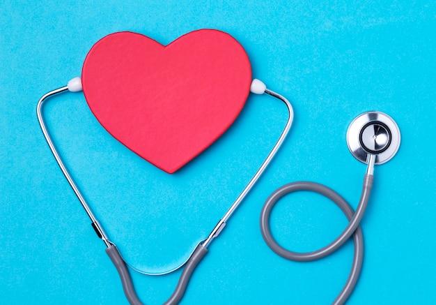 Giorno del cuore vista dall'alto con stetoscopio Foto Gratuite