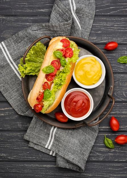レタスとトマトのトップビューホットドッグ Premium写真