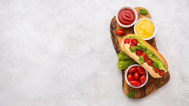 レタスとトマトのトップビューホットドッグ 無料写真