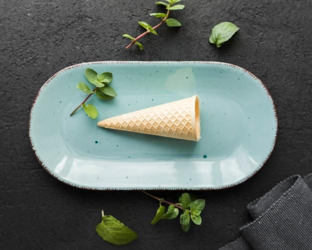 Cono gelato di vista superiore su un piatto Foto Gratuite