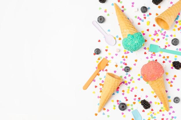 Вид сверху мороженое на столе Бесплатные Фотографии