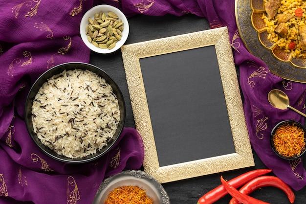 Вид сверху индийской еды с сари и рамкой Бесплатные Фотографии