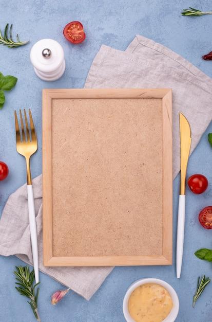 Ingredienti vista dall'alto e cornice sul tavolo Foto Gratuite