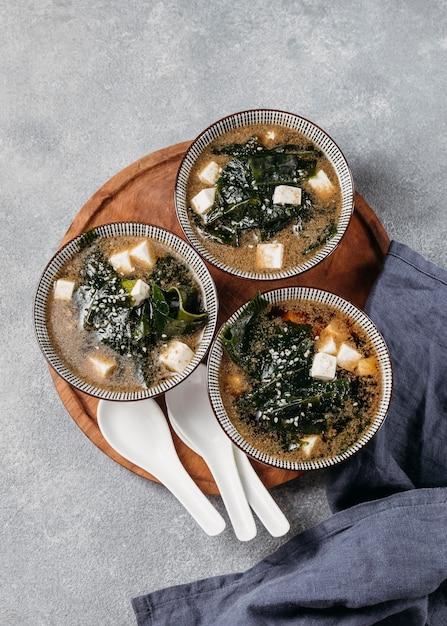 Вид сверху японская еда в мисках Бесплатные Фотографии