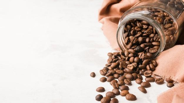 Баночка сверху с жареными кофейными зернами Бесплатные Фотографии