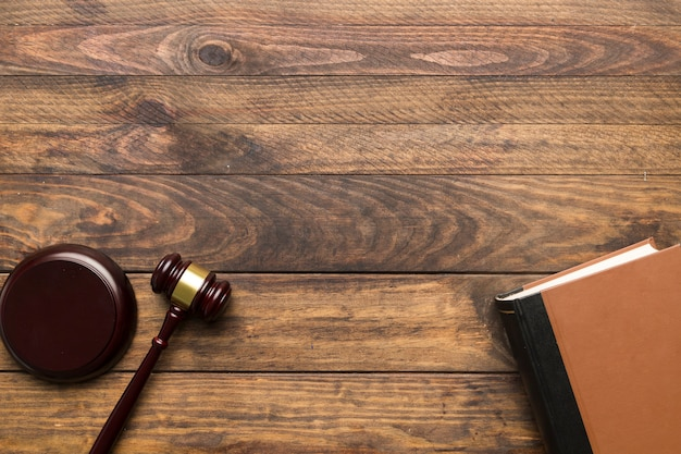 Вид сверху судья молоток и книга с копией пространства Premium Фотографии