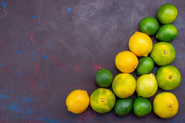 Вид сверху сочные цитрусы, лимоны и мандарины, выложенные на темном столе, цитрусовые, тропические экзотические апельсиновые фрукты Бесплатные Фотографии