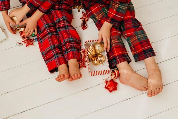 Вид сверху дети в рождественской одежде с украшениями Бесплатные Фотографии