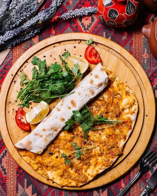 Вид сверху лахмаджун с мясом, петрушкой, помидорами и лимоном на подносе Бесплатные Фотографии