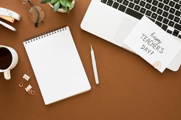 Disposizione di laptop e notebook con vista dall'alto Foto Gratuite