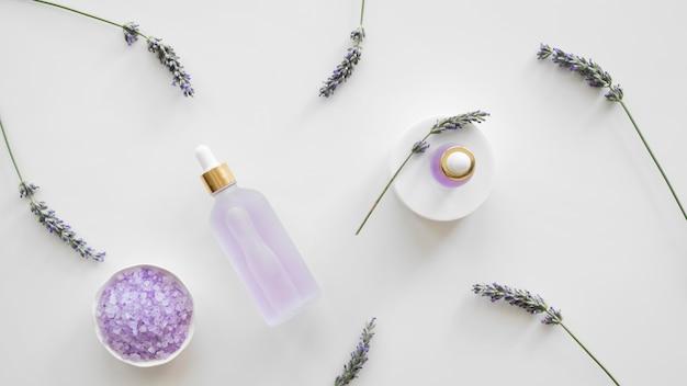 Prodotti per la cura della pelle alla lavanda con vista dall'alto Foto Gratuite