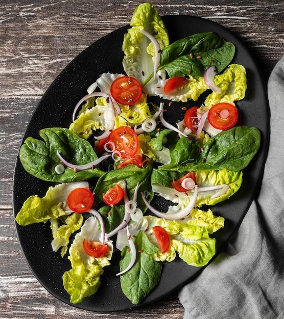 Вид сверху листовой овощной салат и помидоры Premium Фотографии