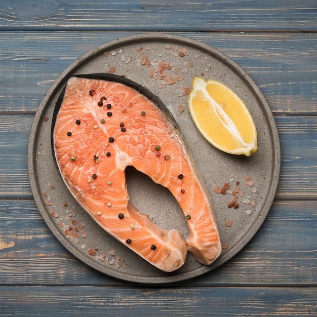 Вид сверху лимон и стейк из лосося на подносе Бесплатные Фотографии