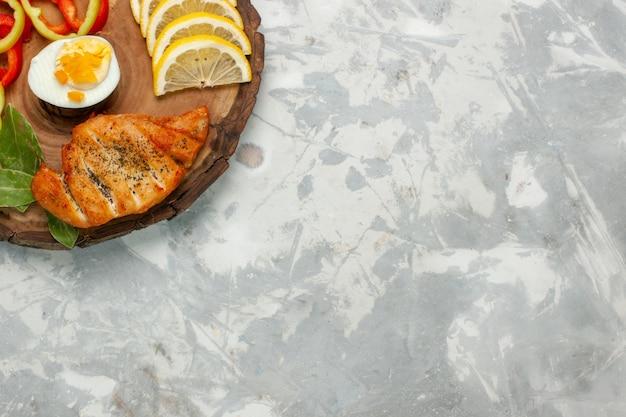 밝은 흰색 책상 야채 음식 식사 점심에 롤빵 상위 뷰 레몬과 야채 무료 사진