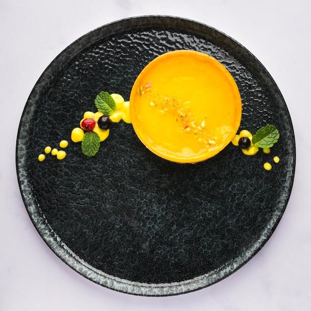 Вид сверху лимонный пирог на тарелке Бесплатные Фотографии