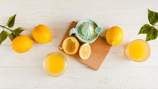 Вид сверху лимоны на деревянном фоне Бесплатные Фотографии