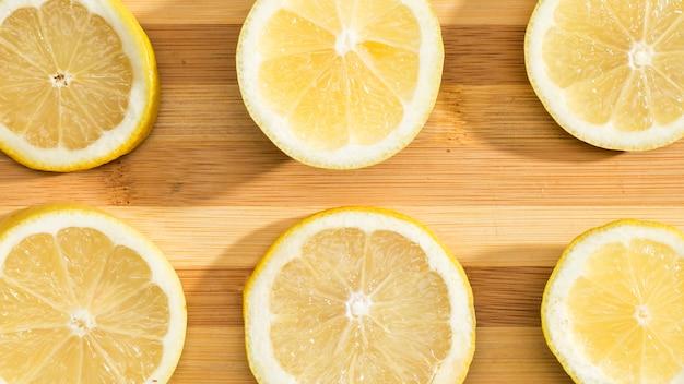 Вид сверху лимоны на деревянной доске Бесплатные Фотографии
