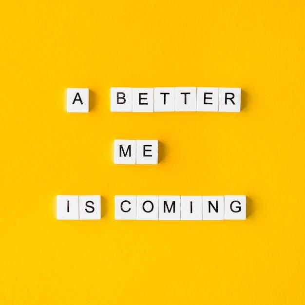Cubi di lettera vista dall'alto su sfondo giallo Foto Gratuite