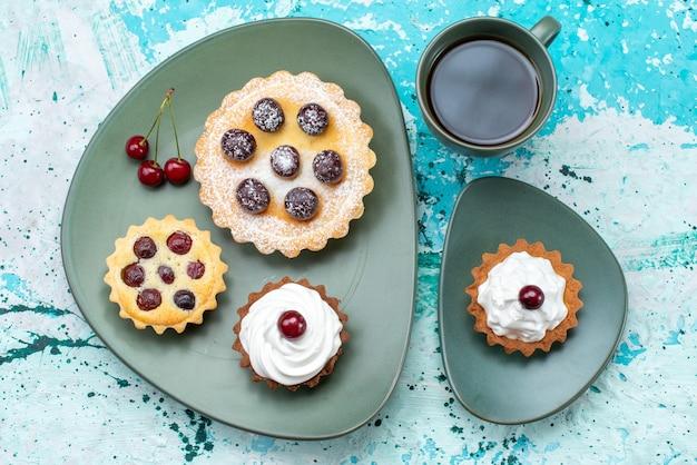 平面図水色のテーブルケーキパイチェリーフルーツ甘いお茶と小さなケーキ 無料写真
