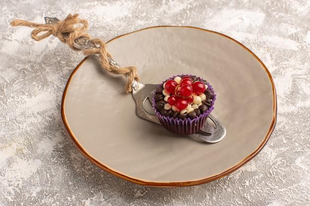 トップビュー明るい背景ケーキビスケット甘い焼きにクランベリーと小さなチョコレートブラウニー 無料写真