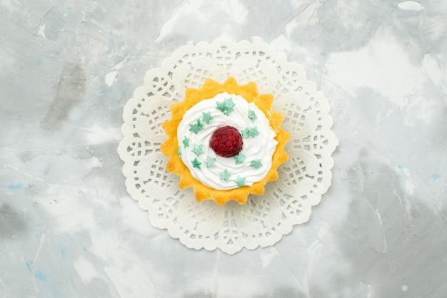 トップビューライトデスク甘い生地にクリームと少しおいしいケーキ 無料写真