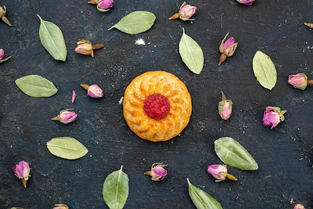 Vista dall'alto piccola deliziosa torta con lampone sulla superficie scura Foto Gratuite