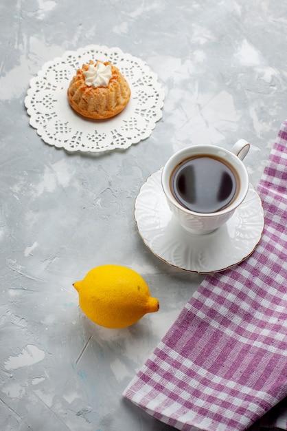 トップビューライトデスクケーキビスケット甘いビスケットクッキーの色にお茶と酸っぱいレモンと少しおいしいケーキ 無料写真