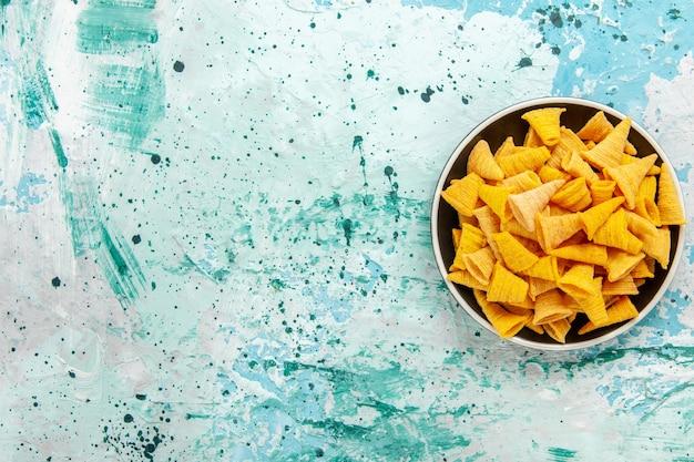 밝은 파란색 배경 칩 스낵 색상 선명한 음식에 접시 내부의 상위 뷰 작은 매운 칩 무료 사진