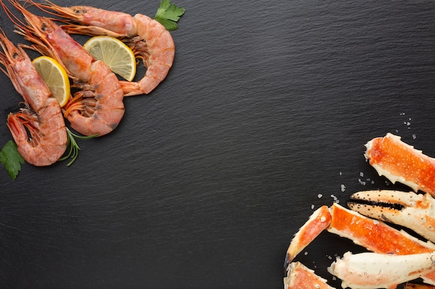 Top view lobsters and shrimps with lemon Free Photo