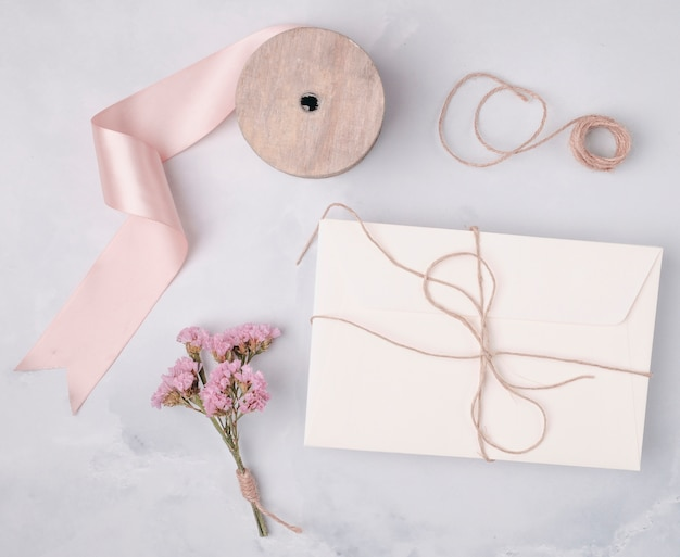 Top view lovely arrangement with wedding invitations Free Photo