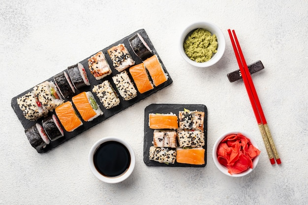 Вид сверху маки суши роллы ассортимент с палочками для еды Premium Фотографии