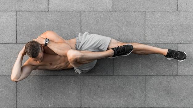 屋外でワークアウトトップビュー男 Premium写真