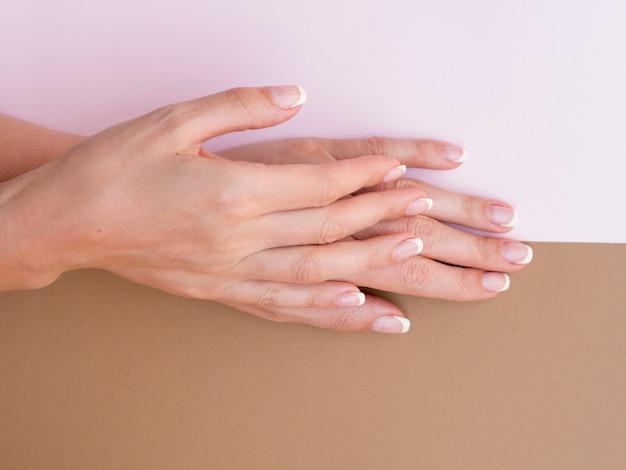 Vista dall'alto di mani di donna curate Foto Gratuite