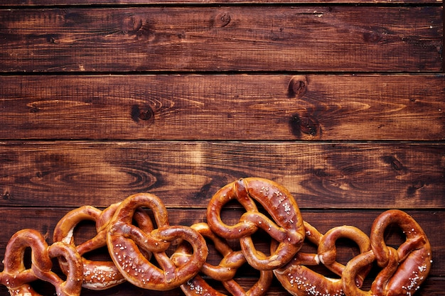 Top view of many pretzels on wooden background Premium Photo