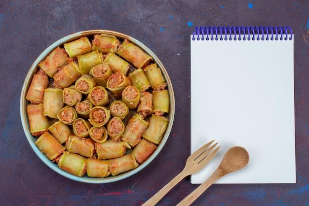 暗い背景にメモ帳付きの鍋の中に野菜を巻いた上面図肉ディナー食品野菜ミール 無料写真