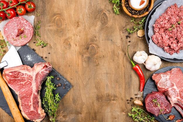 Vista dall'alto di carne con aglio e peperoncino Foto Gratuite