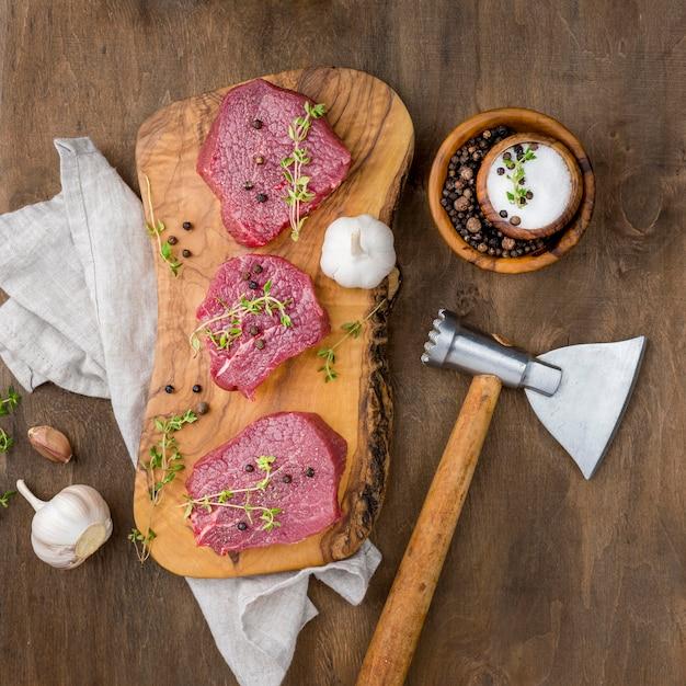 Vista dall'alto di carne con aglio Foto Gratuite
