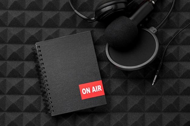Микрофон вида сверху и блокнот в воздухе Бесплатные Фотографии