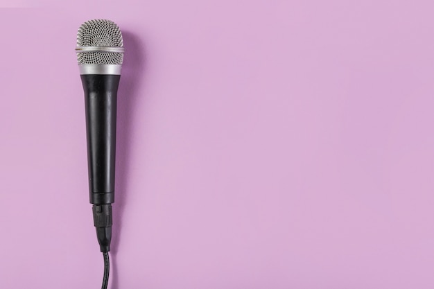 Top view of microphone on pink background Free Photo