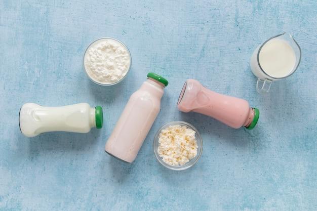 Вид сверху молочные бутылки на синем фоне Premium Фотографии